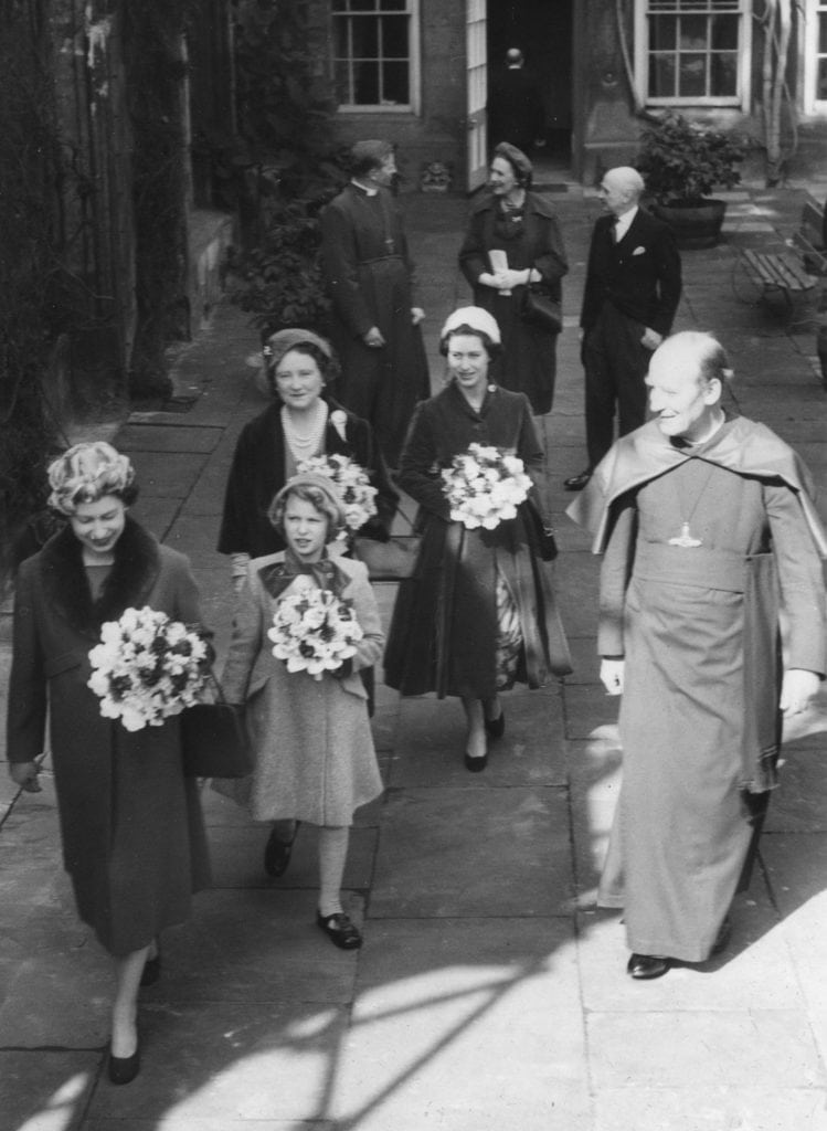 Image of Queen Elizabeth II leaving the Deanery with her family
